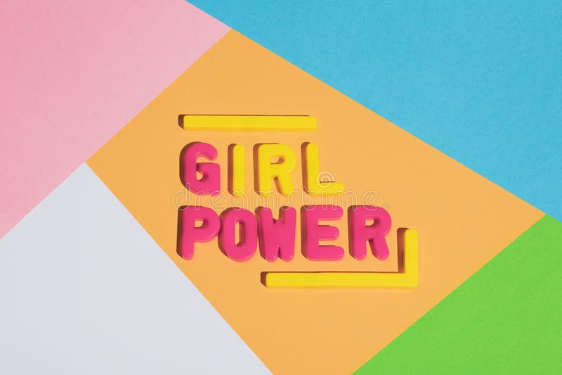 MÄDCHEN-ENERGIE-Schreiben auf einem bunten Pastellhintergrund stockfoto