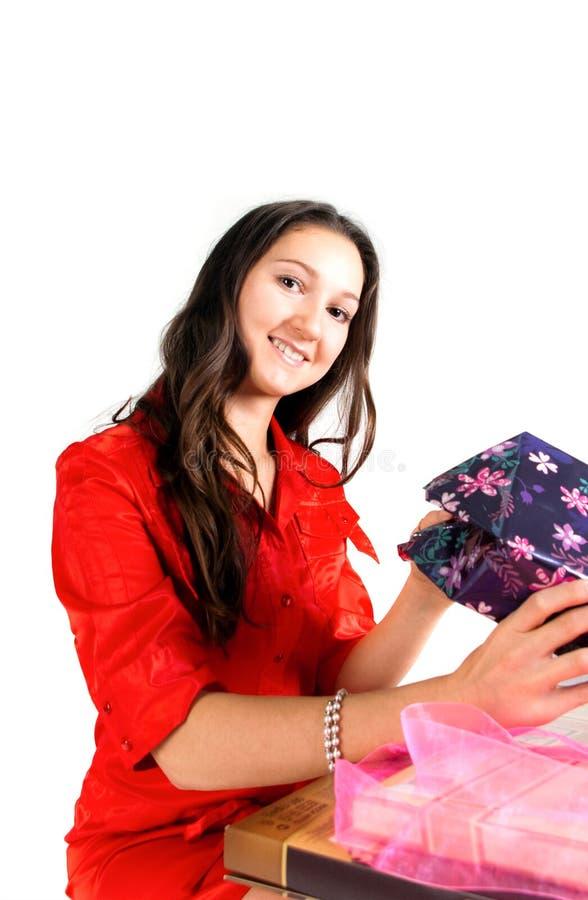 Mädchen entpacken Geschenke stockbild