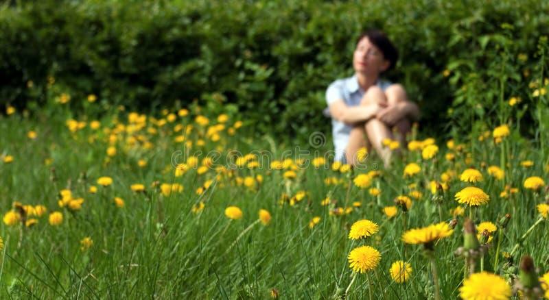Mädchen entspannt sich am Sommer lizenzfreie stockfotos