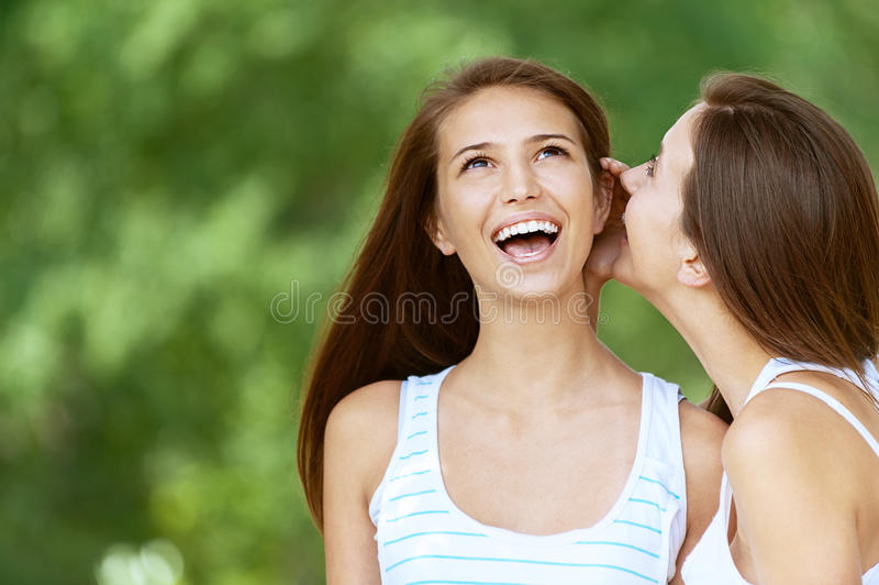 Mädchen erklärt ihr Freundklatsch stockfoto