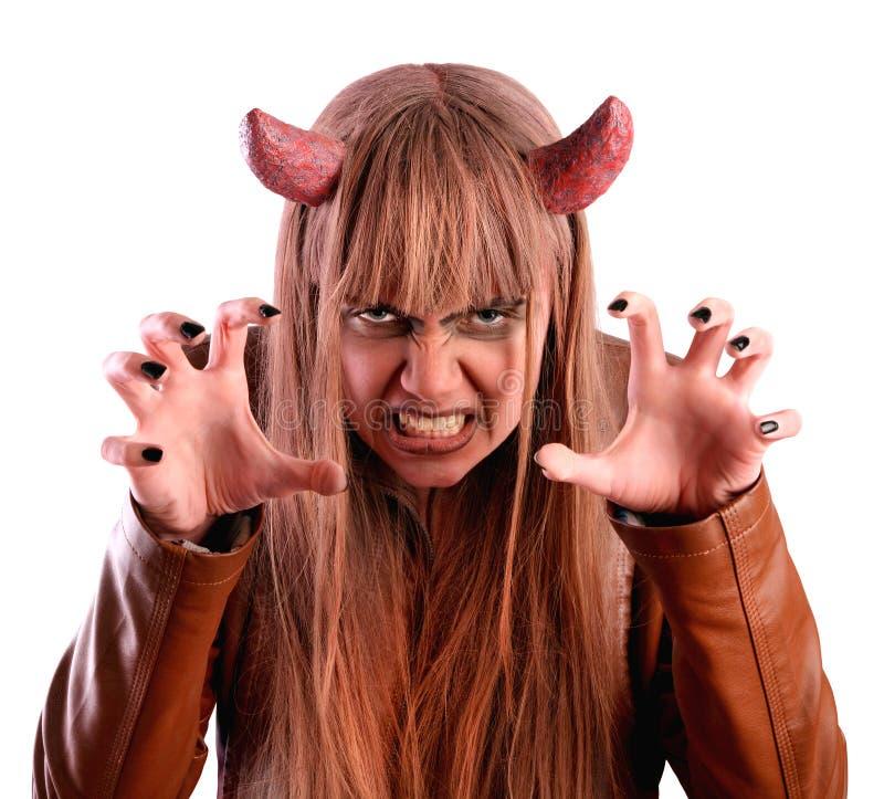 Mädchen erschrickt unter dem Mantel eines Teufels lizenzfreie stockbilder