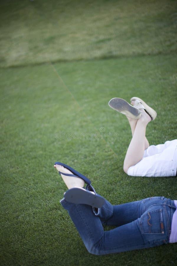 Mädchen-Füße im Park stockfoto