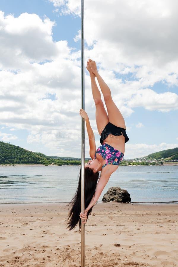 Mädchen führt akrobatischen Tanz auf Pfosten für das Tanzen durch stockfotos