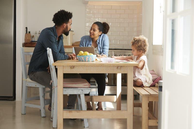 Mädchen-Farben Am Küchentisch Als Eltern-Blick Auf Laptop Stockbild ...
