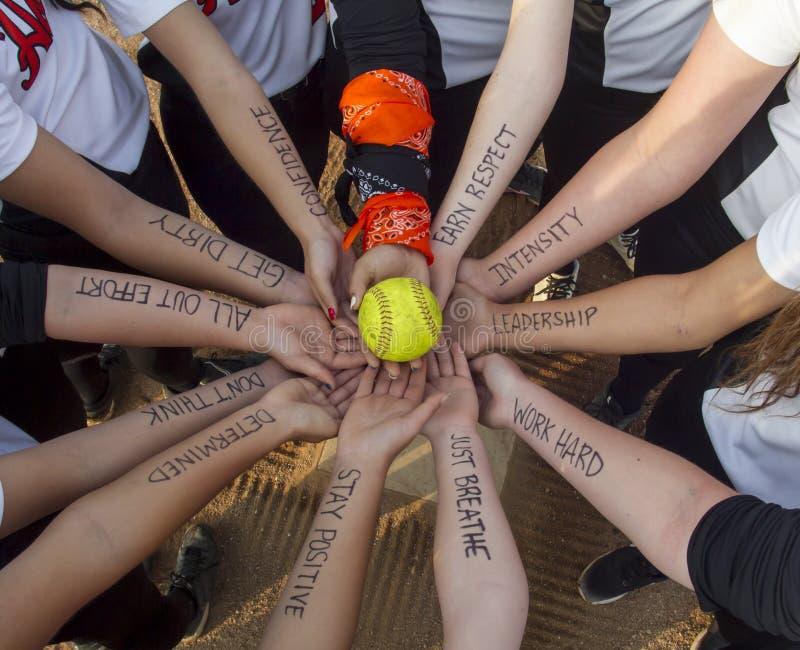 Mädchen Fastpitch-Softball Team Inspirational Huddle lizenzfreies stockfoto