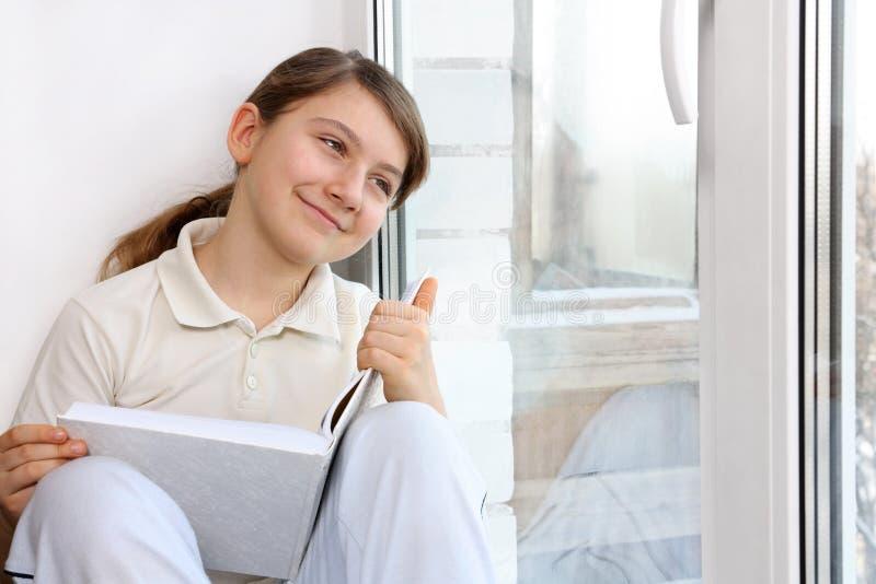 Mädchen am Fenster stockbilder