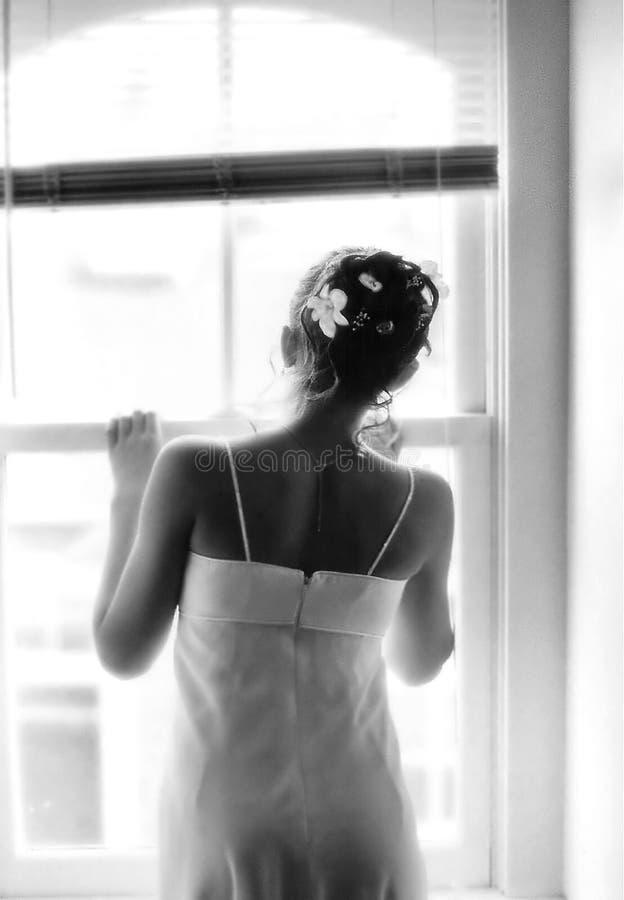 Mädchen am Fenster lizenzfreie stockbilder