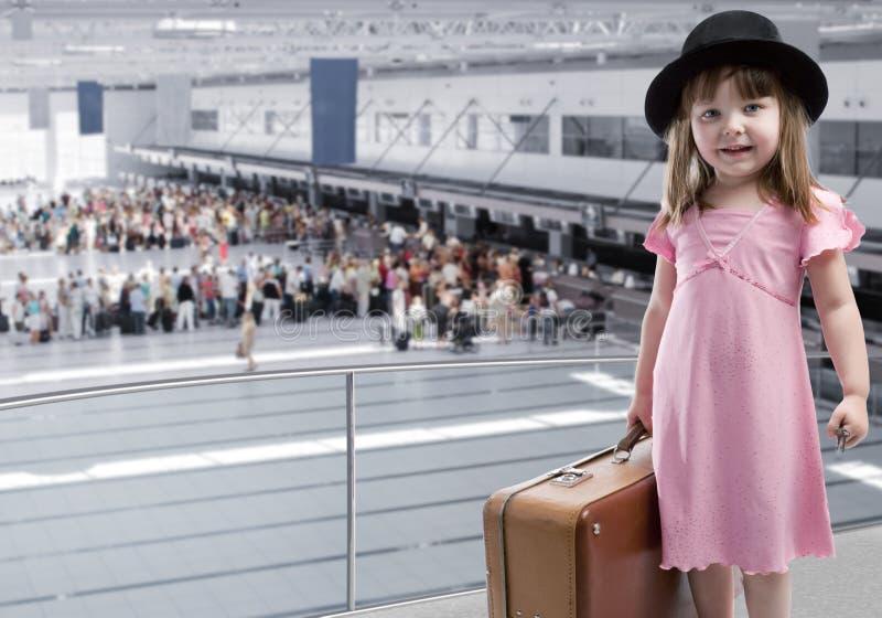 Mädchen am Flughafen lizenzfreie stockfotografie