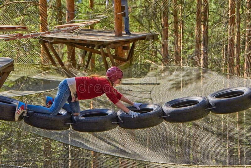 Mädchen in Forest Rope Park Challenge lizenzfreie stockbilder