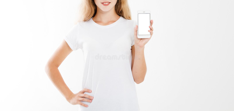 Mädchen, Frau im T-Shirt, das Handy des leeren Bildschirms lokalisiert auf weißem Hintergrund hält Polizeigriff Smartphone, Kopie stockbild
