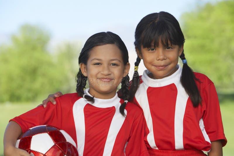 Mädchen-Fußball-Spieler auf Feld stockfotografie
