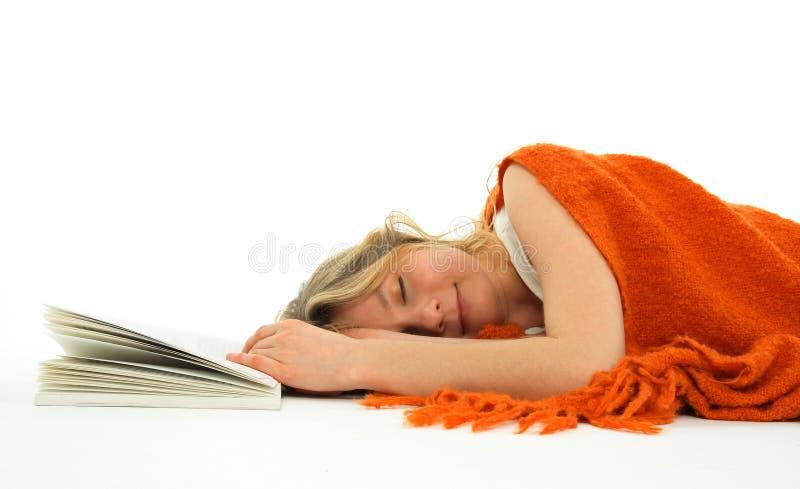 Mädchen gefallenes schlafendes mit einem Buch lizenzfreie stockfotografie