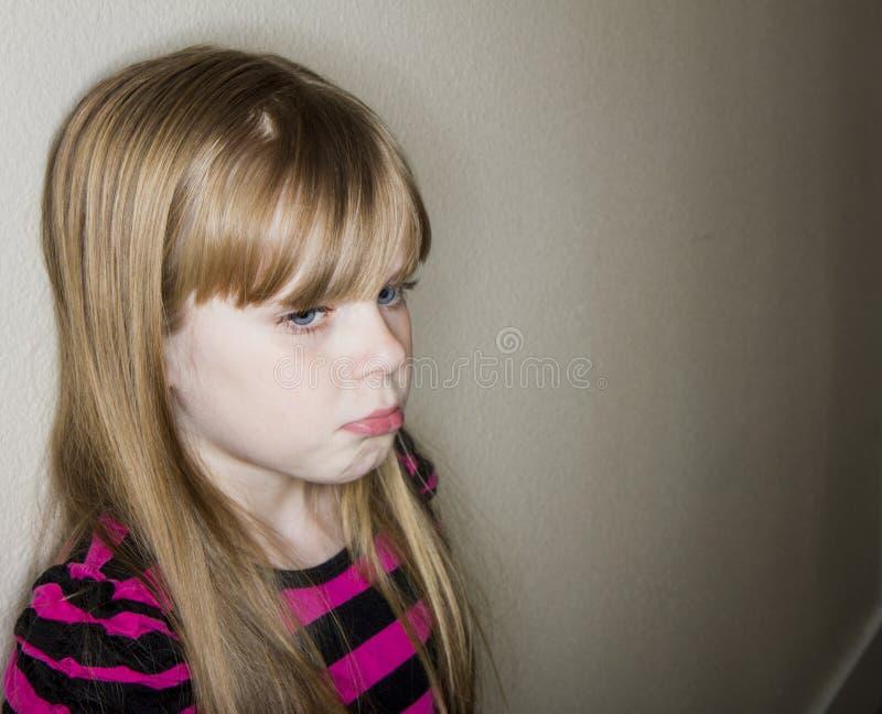 Mädchen gegen eine Wand traurig stockfoto