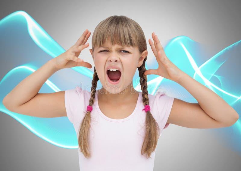 Mädchen gegen graue frustrierte und verärgerte und Wellenniveaus Hintergrundschreiens stockfoto