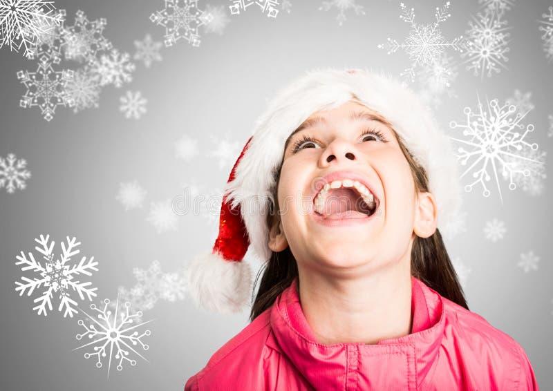 Mädchen gegen grauen Hintergrund mit überraschtem glücklichem Ausdruck und Santa Christmas-Hut und -schneeflocken vektor abbildung