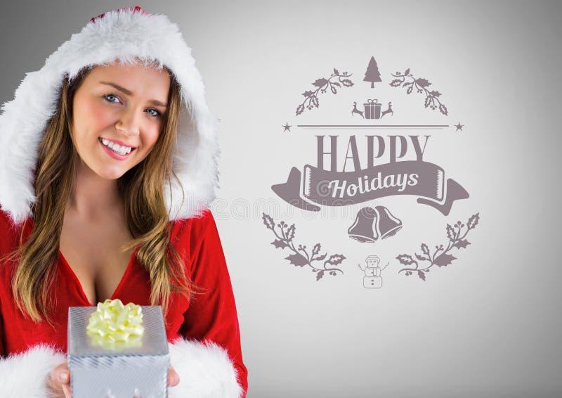 Mädchen gegen grauen Hintergrund mit Santa Christmas-Kleidung und Geschenk und frohe Feiertage Text lizenzfreie abbildung