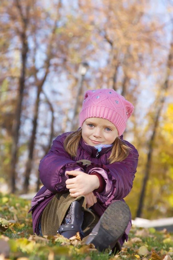 Mädchen gegen Herbstnatur stockbilder