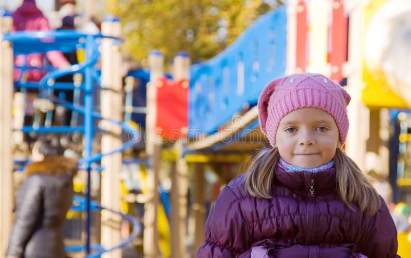 Mädchen gegen Herbstpark lizenzfreies stockfoto