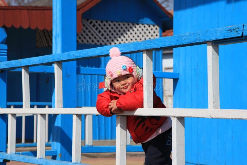 Mädchen gegen Strandhaus stockfotografie