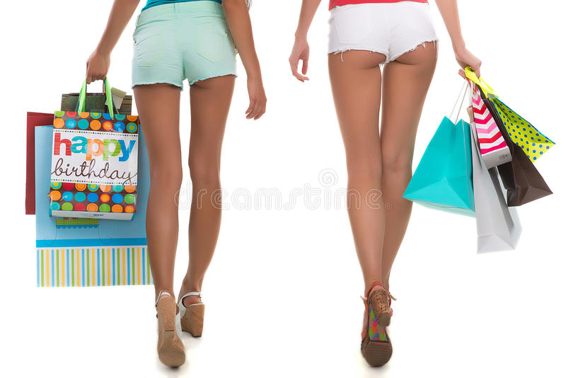 Mädchen gehen mit dem Einkaufen stockbilder
