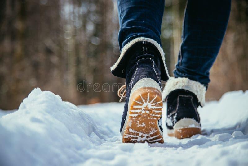 Mädchen geht auf Schnee, die Winterzeit, herausgeschnitten lizenzfreie stockfotografie