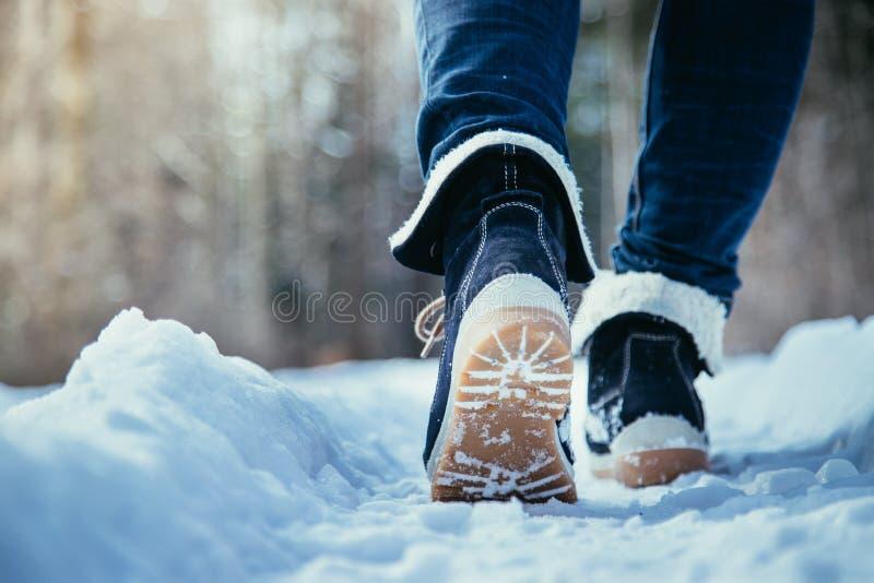 Mädchen geht auf Schnee, die Winterzeit, herausgeschnitten stockfotos