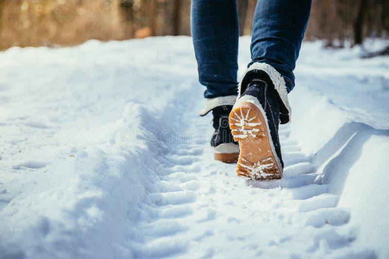 Mädchen geht auf Schnee, die Winterzeit, herausgeschnitten lizenzfreies stockbild