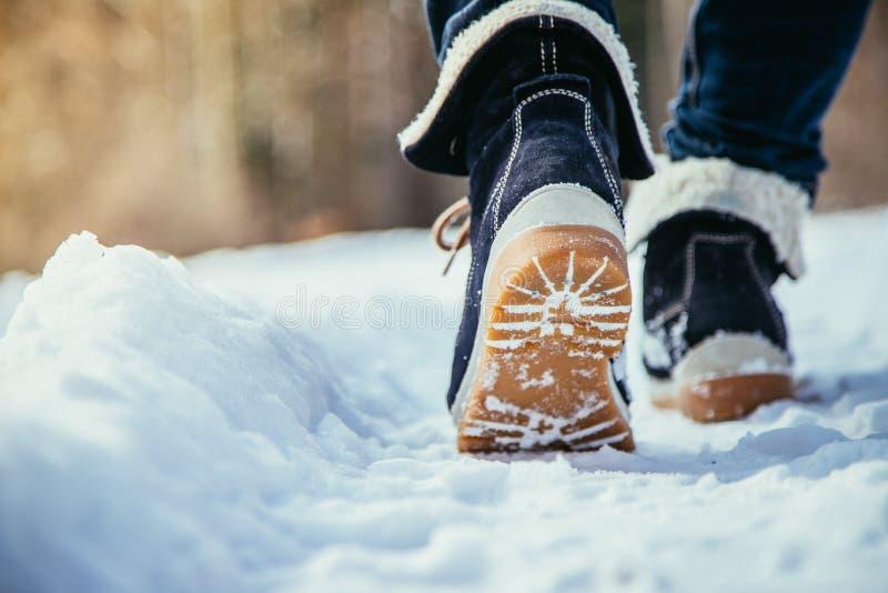Mädchen geht auf Schnee, die Winterzeit, herausgeschnitten stockbilder