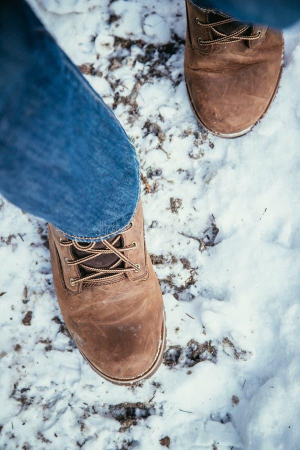 Mädchen geht auf Schnee, die Winterzeit, herausgeschnitten lizenzfreie stockbilder
