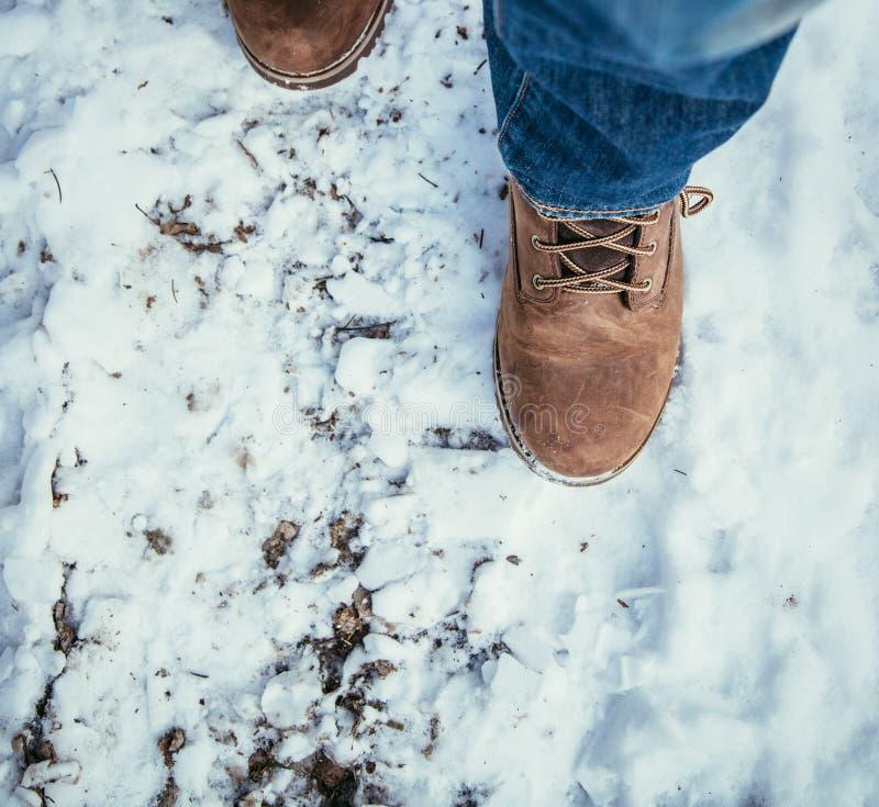 Mädchen geht auf Schnee, die Winterzeit, herausgeschnitten stockfoto