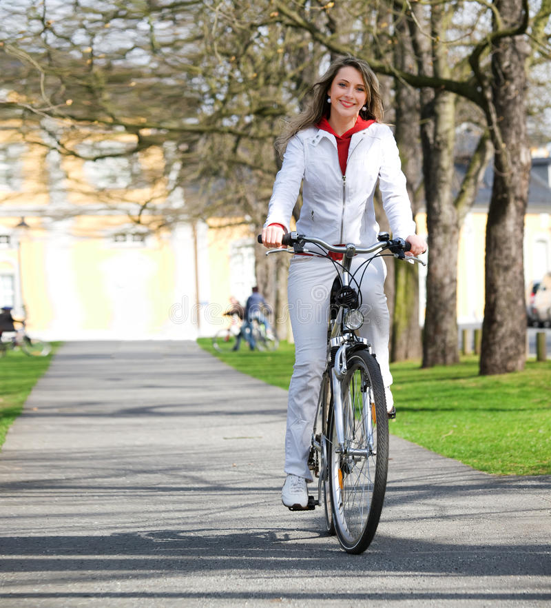 Mädchen geht Stadt mit Fahrrad stockfotos