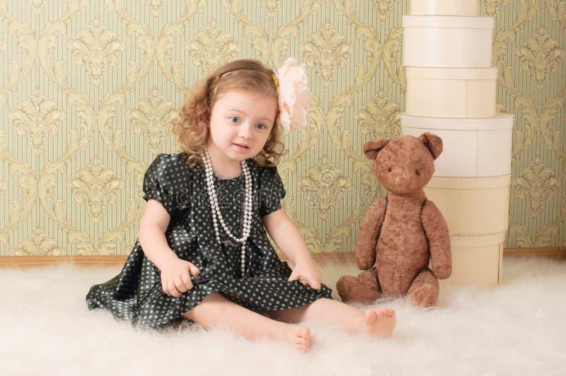Mädchen gekleidet als Retro- Puppe stockfotos