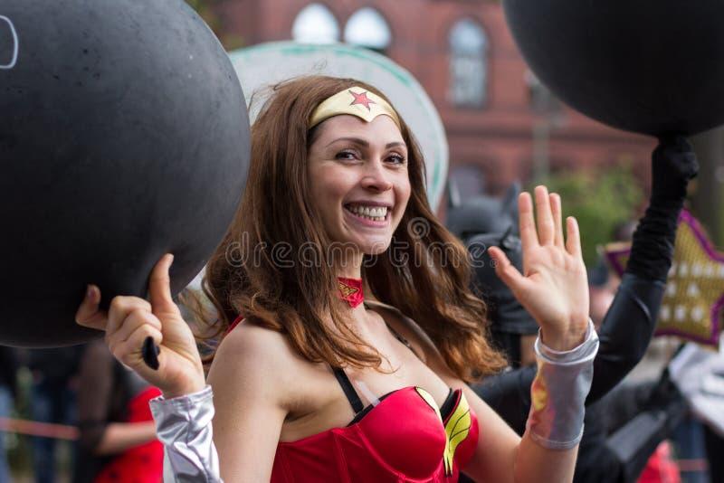 Mädchen gekleidet als Wunder-Frauensuperheld auf Karneval von Kulturen lizenzfreie stockbilder