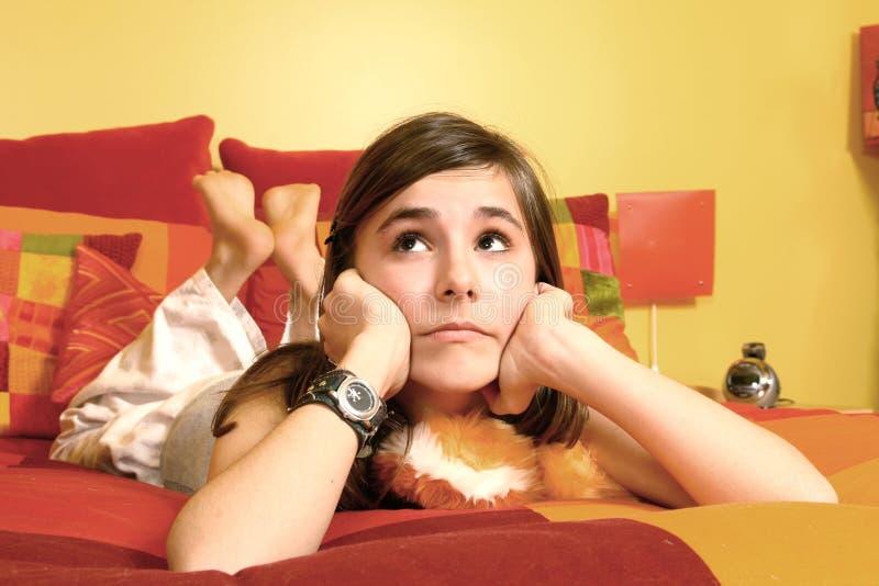 Mädchen gelegt in ein Bett stockbilder