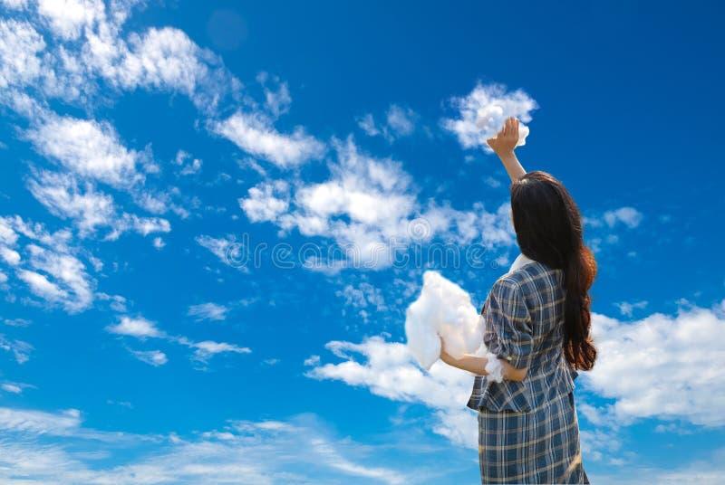 Mädchen gemalter schöner blauer Himmel mit ihren Wolken Kreatives und Schaffungs-surreales Konzept-Bild stockfotografie