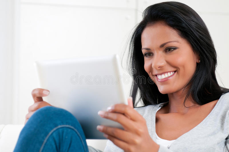 Mädchen genießen moderne Tablette stockbilder