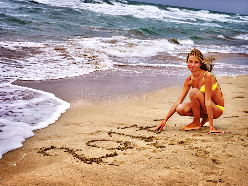 Mädchen geschrieben in Sand 2017 zwei tausend und siebzehntes Jahr lizenzfreies stockfoto