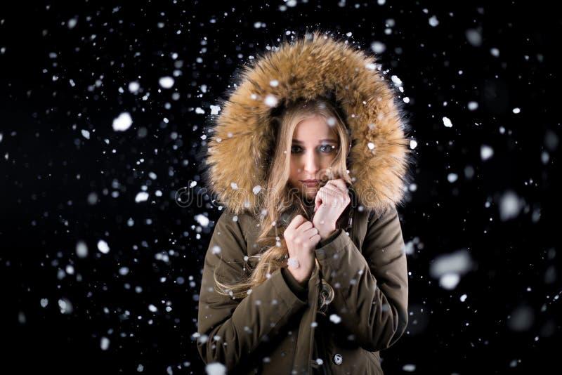 Mädchen in glaubender Kälte des Schnees lizenzfreies stockbild