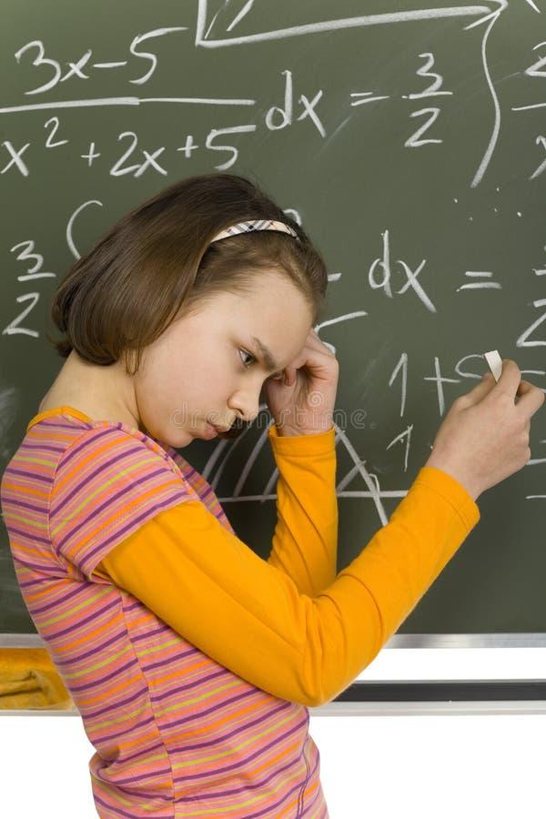 Mädchen am greenboard lizenzfreie stockbilder