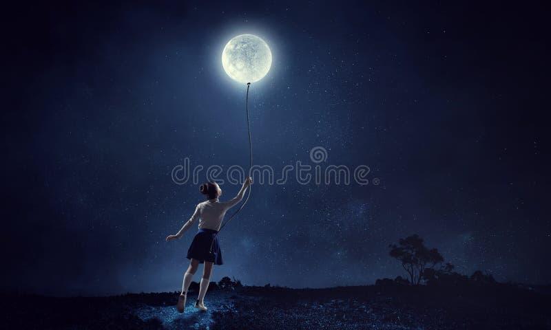 Mädchen hält den Mond Gemischte Medien lizenzfreies stockbild