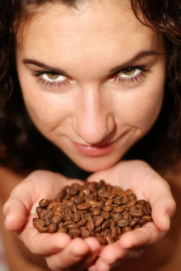 Mädchen hält Kaffeebohnen an stockbilder