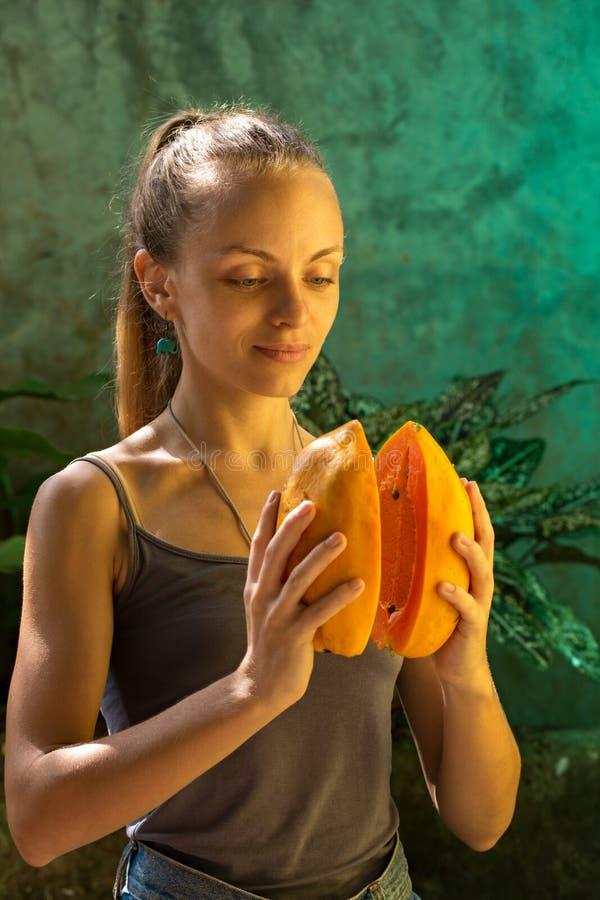 Mädchen hält Mango stockfoto