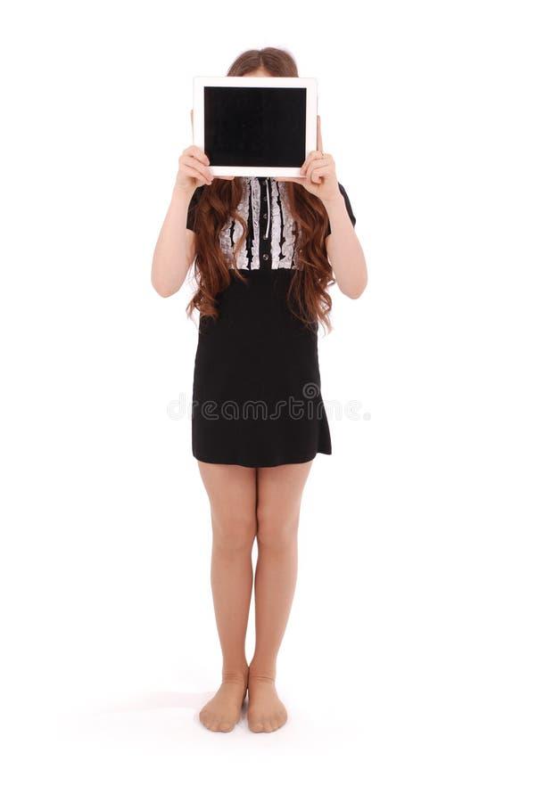 Mädchen hält Tabletten-PC vor Gesicht stockbild