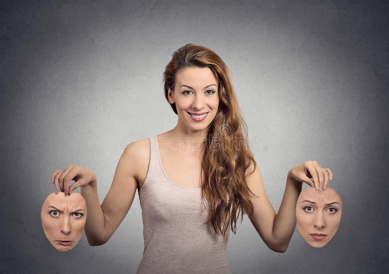 Mädchen hält zwei Gesichtsmasken stockfoto