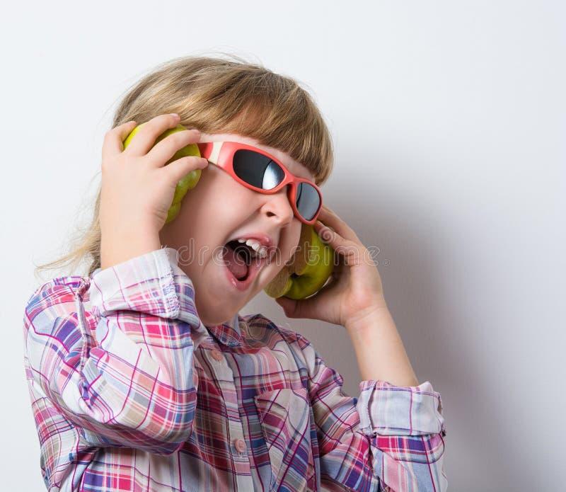 Mädchen hört Musik lizenzfreie stockfotos