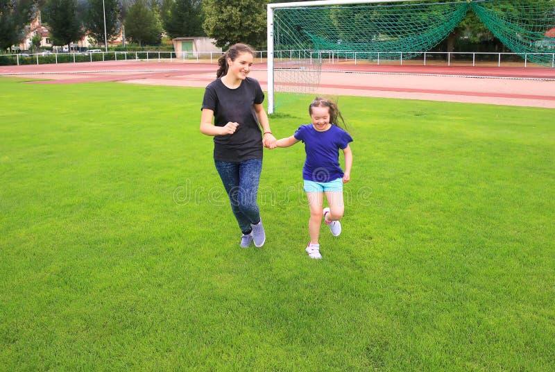 Mädchen haben Spaß auf Stadion lizenzfreie stockfotografie