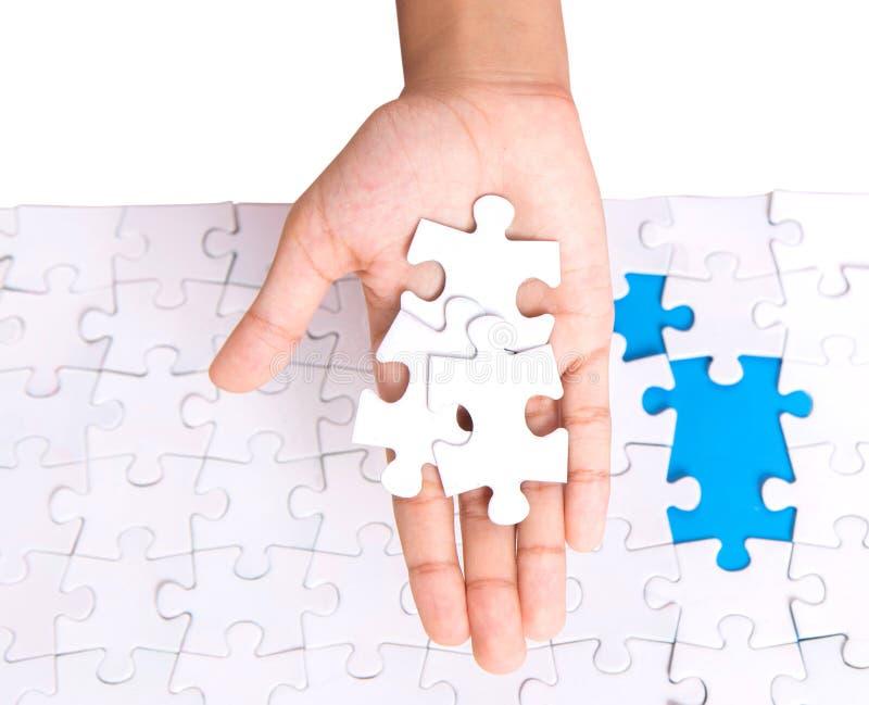 Mädchen-Hand, die Puzzlen III spielt stockbilder