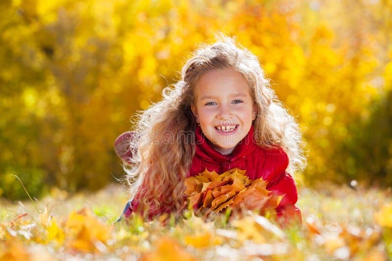 Mädchen am Herbst lizenzfreie stockfotos