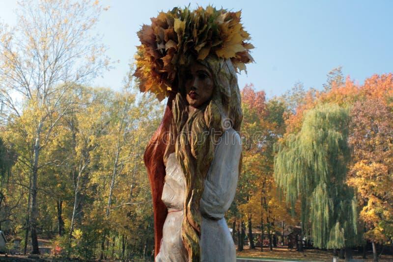 Mädchen-Herbst in einer Korolla lizenzfreie stockfotografie