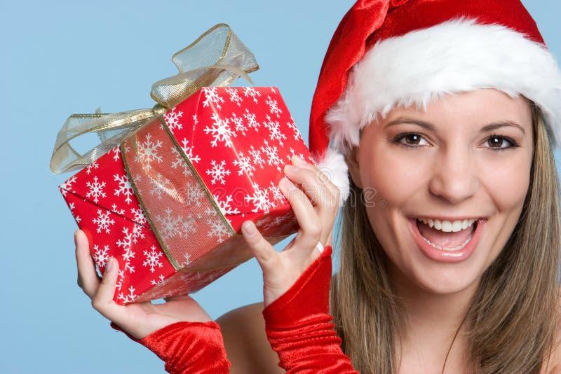Mädchen-Holding-Geschenk lizenzfreie stockfotografie